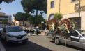 Funerale sui generis in centro ad Aprilia: il corteo, la banda ed una folla di curiosi.