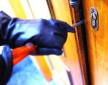 Furti in appartamento a Latina: gli uomini della Questura arrestano un ladro in azione.