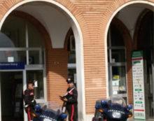 Tentato furto con l'auto-ariete al bar della stazione di Aprilia: indagano i Carabinieri.