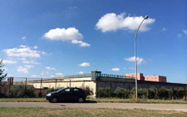 Detenuto si dà fuoco nel carcere di Velletri: viene salvato dalle guardie penitenziarie.