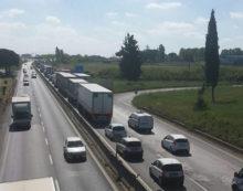 Maxi tamponamento sulla Pontina, all'altezza di via Vallelata, ad Aprilia: 5 veicoli coinvolti.
