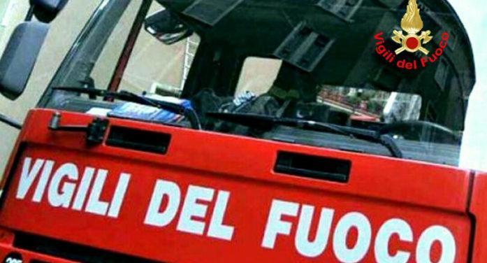 Appartamento in fiamme in via Strada Nuova, ad Ariccia. L'anziano proprietario si mette in salvo.
