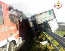 Camion fuori strada sulla Cisterna-Cori, disagi al traffico