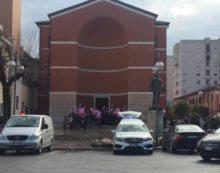 """APRILIA – Palloncini rosa ed un lungo applauso per dare l'ultimo saluto al patron della """"Radiosa"""" Rocky Moles."""