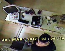 Furto in un negozio di Aprilia, il titolare pubblica le immagini del ladro su Fb