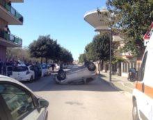 APRILIA – Auto si ribalta in pieno centro