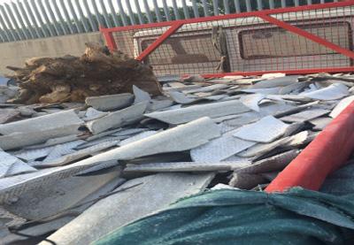 Plastica ed eternit accatastati su un terreno di Campoverde, una denuncia