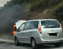 Auto in fiamme sulla Pontina, tra Aprilia ed Ardea: code in direzione Roma.