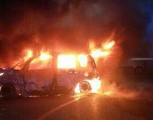 Tre auto in fiamme a Gaeta, in via Papa Pio IX. Vigili del fuoco al lavoro.