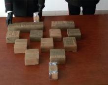 In casa deteneva 4 chili e mezzo di hashish e diverse dosi di cocaina: 28enne in manette a Torvajanica.