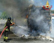 Autobus distrutto dalle fiamme a Maenza