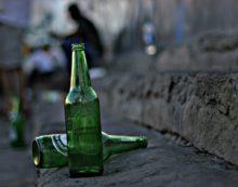 Nega delle birre a 3 clienti, picchiato con violenza