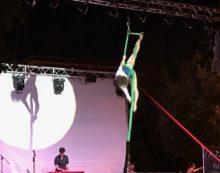 Estrosa – Ad Aprilia abiti fatti di fiori, ballerini e acrobazie per un evento unico