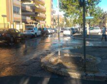 Grossa perdita di acqua in strada in via delle Palme, ad Aprilia.