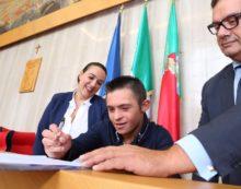 Consegnata una borsa lavoro a Valerio Catoia, il 17enne che ha salvato una bimba in mare