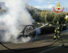 Auto in fiamme sulla Provinciale Sonninese, nel sud pontino.