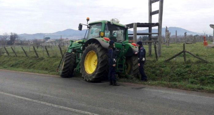 CISTERNA – La figlia ed il genero gli vietano di usare il trattore: li aggredisce con una vanga.