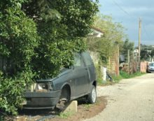 Auto cannibalizzata e vecchi pc abbandonati in strada, la periferia di Aprilia bersagliata dai rifiuti
