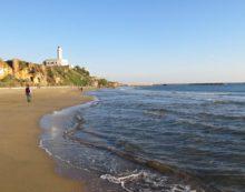 Dischetti di plastica sulle spiagge di Anzio, il Comune ordina la rimozione agli stabilimenti