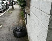 APRILIA – Ancora sacchetti della spazzatura abbandonati in strada.