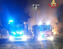 200 balle di fieno in fiamme, duro lavoro dei vigili del fuoco a Terracina
