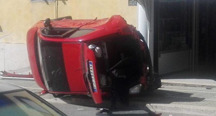 Brutto incidente in via dei Lauri ad Aprilia: auto finisce sul marciapiede e si ribalta