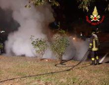 Auto in fiamme in via Giustiniano, ad Aprilia: intervento dei vigili del fuoco. Il VIDEO.