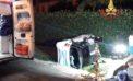 Incidente a Borgo Piave a Latina: una Smart finisce nel canale, due feriti.