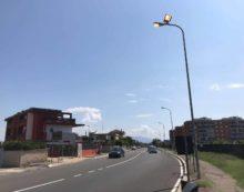 APRILIA – Lampioni accesi in pieno giorno in via Toscanini. La segnalazione e l'intervento della Municipale.