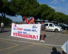 """""""La Coop siamo noi, non voi. Vergogna"""": protesta a Vignale Riotorto, salta il Cda"""