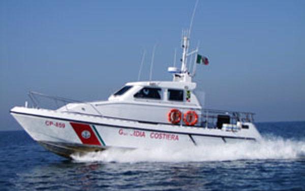 Peschereccio si ribalta e affonda in mare ad Anzio, un morto