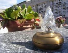 """Aprilia – Disagi al cimitero: """"Da 14 mesi in attesa per una luce votiva"""""""