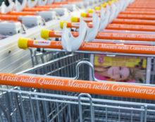 """Portata via la cassaforte e carrelli pieni di spesa dal supermercato Conad del centro """"Le Vele"""" di Nettuno."""