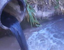 Aprilia, l'acqua scura finisce nel fosso. La denuncia dei cittadini