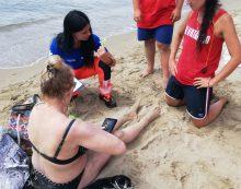 Turista tedesca in difficoltà mentre fa il bagno alle Grotte di Nerone, salvata dagli assistenti bagnanti