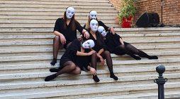 Cisterna, sulla Scalinata degli Angeli in memoria di Alessia e Martina, Desirée, Elisa, Tiziana, Francesca e Martina e tutte le donne del Mondo