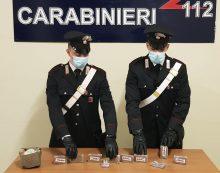 Getta una busta con 1 kg di hashish sotto ad un'auto: notato dai carabinieri di Pomezia e arrestato