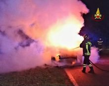 Auto in fiamme ieri sera in via Tivera, a Cisterna: le cause sarebbero accidentali.