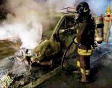 Furgone in fiamme a Cisterna, intervengono i vigili del fuoco di Aprilia FOTO
