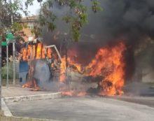 Autobus Cotral in fiamme a Lanuvio, vicino alla stazione. Le FOTO
