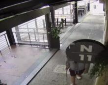 Latina, sfonda la vetrata di un pub e ruba 200 euro. Denunciato VIDEO