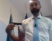Follia in Regione Lazio: consigliere Barillari fa un video contro il vaccino e si punta una pistola al braccio