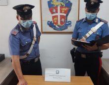 Semina il panico tra le strade affollate di Ponza e aggredisce i Carabinieri: in manette un uomo armato di sfollagente.