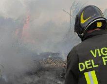 Grosso incendio in via Isonzo a Latina, il fumo invade la zona