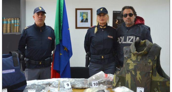 Blitz della Polizia in un garage a Nettuno, scoperto un vero arsenale, con armi da guerra e clandestine. 43enne di Anzio in manette.
